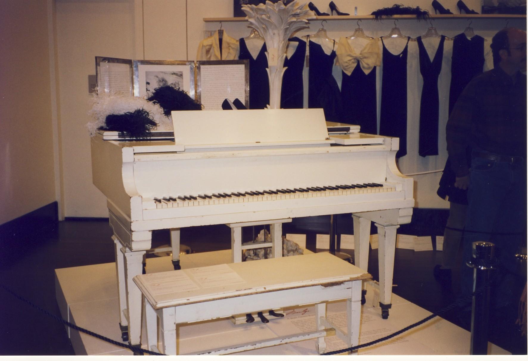 Marilyn-Monroe-Baby-Grand-Piyanosu