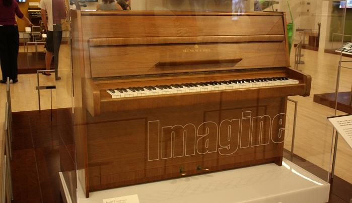 john-lennon-Steinway-Sons-Model-Z-Piyanosu